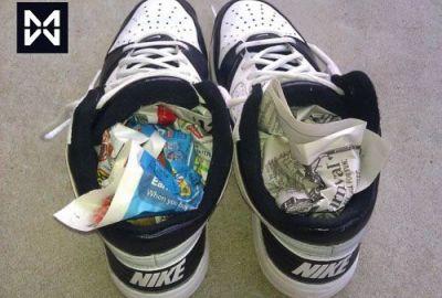 Kết quả hình ảnh cho nhét báo vào giày thể thao
